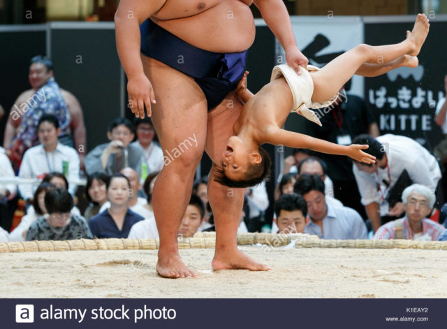 tokyo-japan-27th-august-2017-a-child-fights-versus-a-sumo-wrestler-K1EAY2